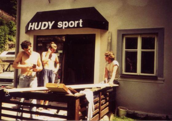 První prodejna HUDYsportu ve Hřensku existuje na stejné adrese dodnes.