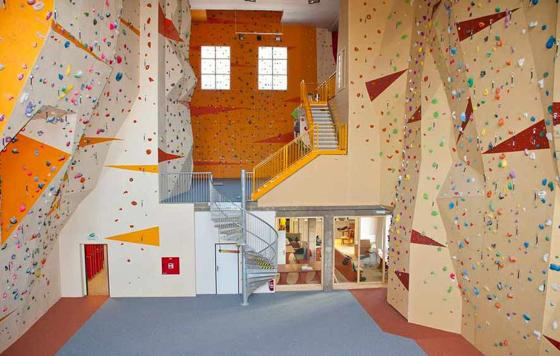 Lezecké stěny poskytují skvělé tréninkové zázemí pro děti, začátečníky i profesionální lezce.