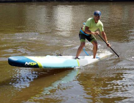Paddleboarding je zábava a trénink zpevňující celé tělo