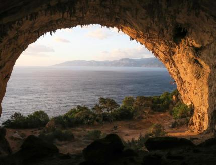 Za azurovou modří a krápníky na Sardinii