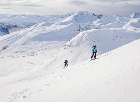 K moři s lyžemi na nohou – Tromsø